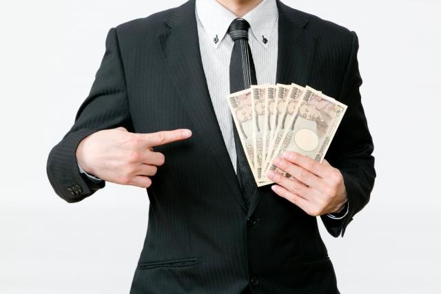 行政書士の副業でお金を手にする人